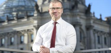 Frank Junge mit dem Reichstagsgebäude im Hintergrund