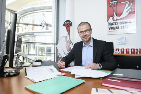Frank Junge bei der Büroarbeit am Schreibtisch